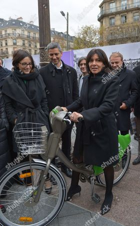 Celia Blauel, Anne Hidalgo and Jean-Louis Missika with a JC Decaux e-VLS bicycle