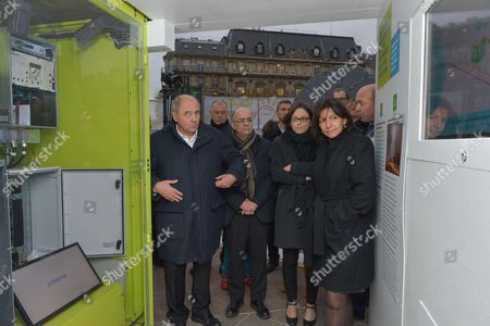 Celia Blauel, Anne Hidalgo and Jean-Louis Missika looking at ERDF exhibit