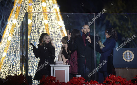 United States President Barack Obama and daughters Malia and Sasha, mother-in-law Marian Robinson, first lady Michelle Obama and Reese Witherspoon