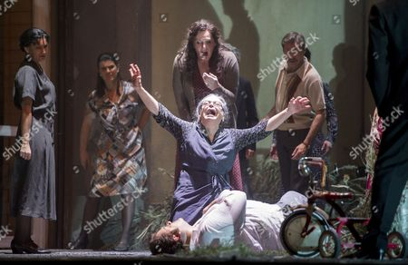 Eva-Maria Westbroek as Santuzza, Elena Zilio as Mamma Lucia, Aleksandrs Antonenko as Turiddu