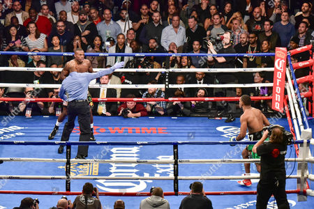 Peter Quillin, Daniel Jacobs (USA), Referee Harvey Dock stops the fight in the first round