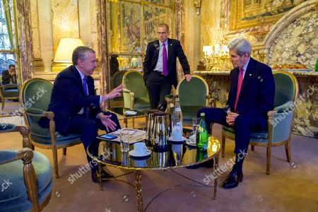 John Kerry, flanked by State Department Deputy Spokesperson Mark Toner, listens to New York Times columnist Thomas Friedman before their joint appearance at the Hotel Potocki in Paris, France, on the sidelines of the COP21 climate change conference