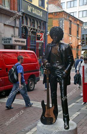 Phil Lynott statue outside McDaids pub, Dublin, Eire