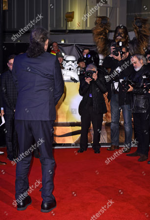 Peter Mayhew posing for a picture, faced by Chewbacca