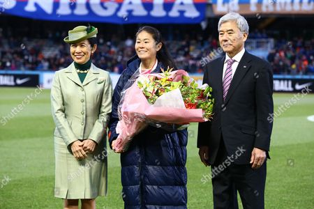 Homare Sawa of INAC Kobe Leonessa poses with Princess Hisako Takamado and JFA president Kuniya Daini