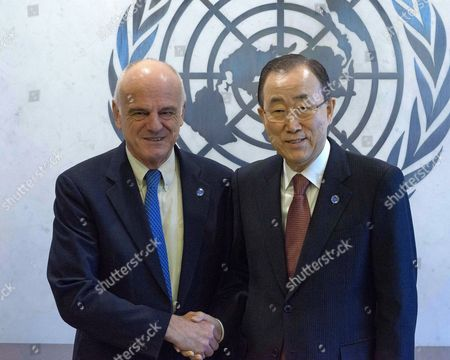 New Special Adviser on the 2030 Sustainable Development Agenda, David Nabarro and Secretary-General Ban Ki-moon pose for a photo after Nabarro has assumed his office.