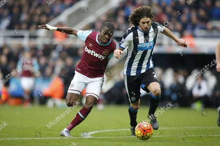 Fabricio Coloccini of Newcastle United and Enner Valencia of West Ham United chase the ball