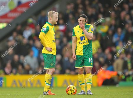 Matt Jarvis and Steven Naismith of Norwich City look deflated following the winning goal from Adam Lallana of Liverpool, making it 4-5 - Norwich City v Liverpool, Barclays Premier League, Carrow Road, Norwich. 23 Jan 2016 Picture by Richard Calver