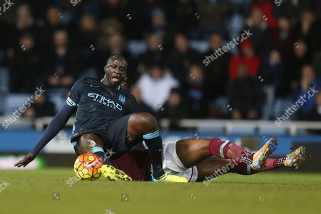 Yaya TourŽ of Manchester City is challenged by Alexandre Song of West Ham United