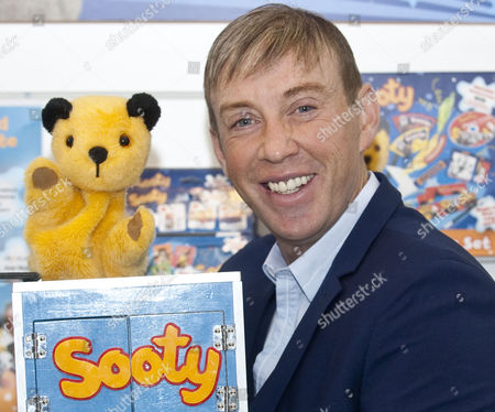 The Toy Fair Olympia London. Richard Cadell With Sooty.