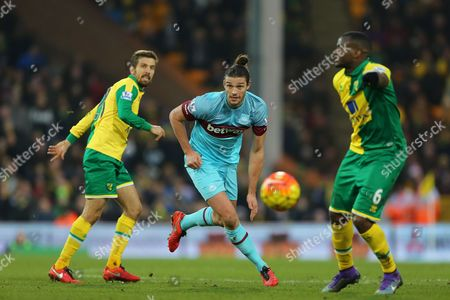 Andy Carroll of West Ham United gets between Gary O'Neil and Sebastien Bassong of Norwich City - Norwich City v West Ham United, Barclays Premier League, Carrow Road, Norwich. 13 Feb 2016