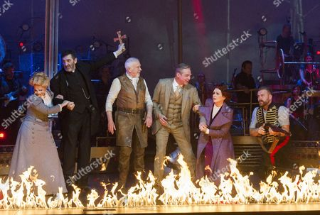Heidi Range as Beth, Jimmy Nail as Parson Nathaniel, Michael Praed as George Herbert, David Essex as The Voice of Humanity, Madalena Alberto as Carrie, Daniel Bedingfield as The Artilleryman