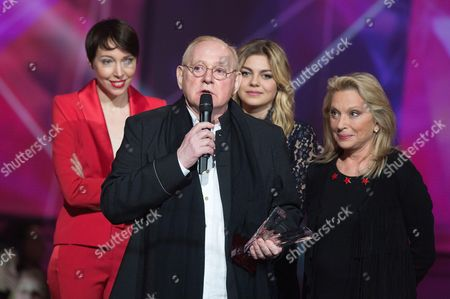 William Sheller receives an honorary award from Jeanne Cherhal, Louane and Veronique Sanson