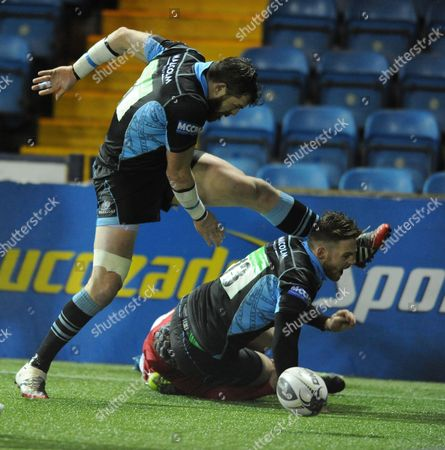 Glenn Bryce - Glasgow centre scores the match winning try as Sean Lamont jumps over him on the line.