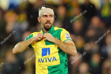 Gary O'Neil of Norwich City after cutting his head in a challenge with Willian of Chelsea - Norwich City v Chelsea, Barclays Premier League, Carrow Road, Norwich. 1 March 2016