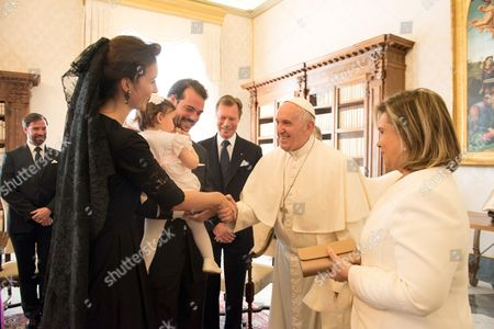 Pope Francis poses with Luxembourg's Grand Duke Henri of Luxembourg, Grand Duchess Maria Teresa of Luxembourg, Prince Felix, Princess Claire and Princess Amalia