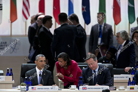 United States President Barack Obama, left, talks to Susan Rice, U.S. national security advisor, center, during a closing session with David Cameron, U.K. prime minister, right,