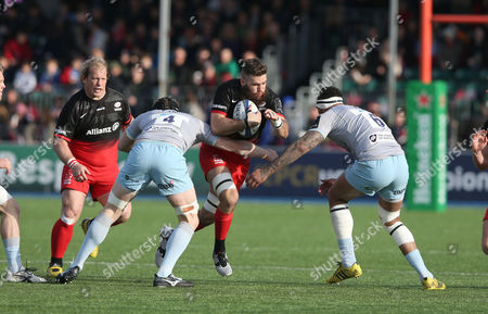Will Fraser of Saracens looks to beat James Craig & Courtney Lawes of Northampton (R)