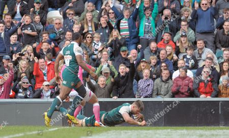 Leicester's Michael Fitzgerald goes in for a try in the corner