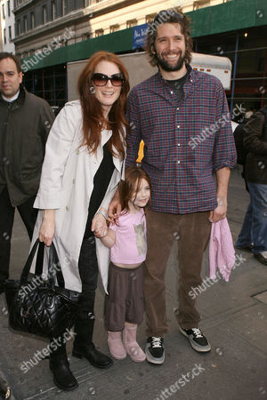 Stock Photo of Julianne Moore and Bart Freundlich with daughter Liv Helen