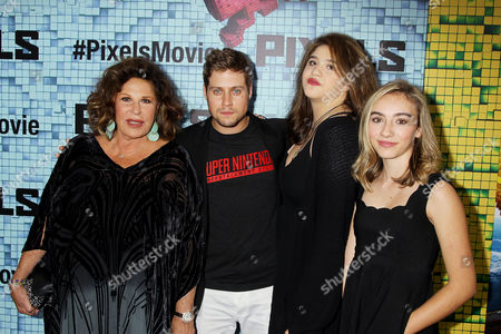 Lainie Kazan with family