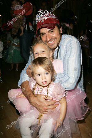 Thorsten Kaye with daughters