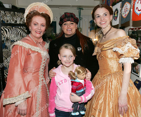 Maureen McGovern, Wynonna Judd with daughter Grace and Sutton Foster