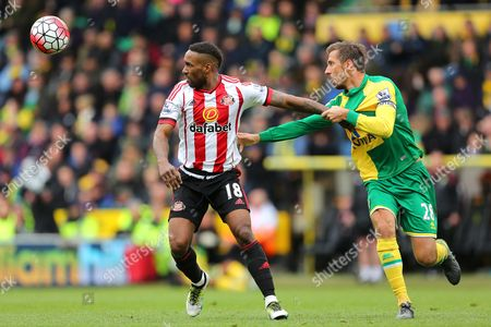 Jermain Defoe of Sunderland and Gary O'Neil of Norwich City - Norwich City v Sunderland, Barclays Premier League, Carrow Road, Norwich. 16 April 2016