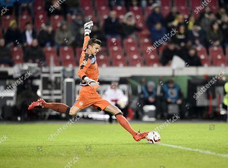 Goalkeeper Mitch Mitchell Langerak, VfB Stuttgart, takes a goal kick, Mercedes-Benz Arena Stuttgart, Baden-Wuerttemberg, Germany