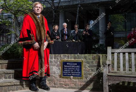 Alderman Sir David Wootton unveiling the plaque