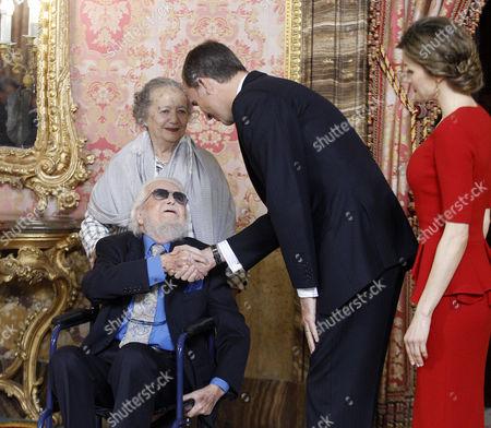 King Felipe VI (CR) and Queen Letizia (R) greet Mexican writer prizewinner Fernando del Paso Morante and his wife Socorro