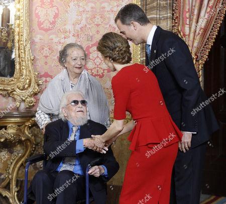 King Felipe VI (R) and Queen Letizia (CR) greet Mexican writer prizewinner Fernando del Paso Morante and his wife Socorro