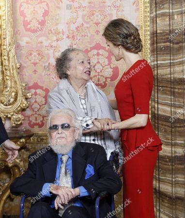 Queen Letizia (R) greet Mexican writer prizewinner Fernando del Paso Morante (L) and his wife Socorro