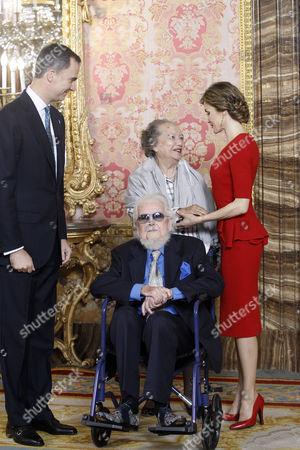 King Felipe VI (L) and Queen Letizia (R) greet Mexican writer prizewinner Fernando del Paso Morante and his wife Socorro (CR)