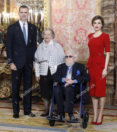 King Felipe VI (L) and Queen Letizia (R) pose with Mexican writer prizewinner Fernando del Paso Morante and his wife Socorro (CR)
