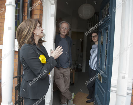 Liberal Democrat Lynne Featherstone On The Campaign Trail As She Canvases With Her Team In Muswell Hill Lynne Featherstone Talks Policy With Resident Clive Seale Picture By Glenn Copus Ii.