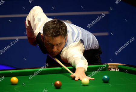 Alan McManus in action during the semi final match on day 13 of the Betfred World Snooker Championship
