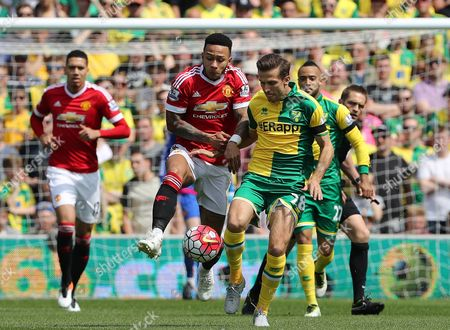 Memphis Depay of Manchester United battles with Gary O'Neil of Norwich City - Norwich City v Manchester United, Barclays Premier League, Carrow Road, Norwich. 7 May 2016