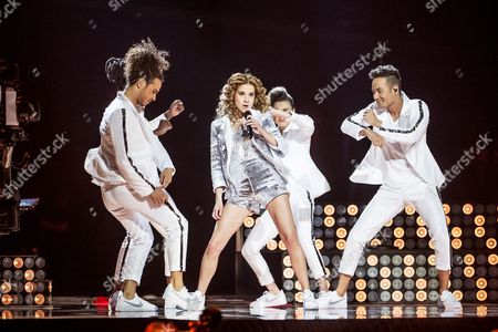 Laura Tesoro and dancers