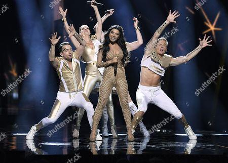 Samra Rahimli and dancers