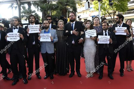 Barbara Colen, Maeve Jinkings, Sonia Braga, The director Kleber Mendonca Filho, Emilie Lesclaux, Humberto Carrao, the producer Said Ben and Michel Merkt exhibiting signs of solidarity with the Brazilian President Dilma, suspended for impeachment