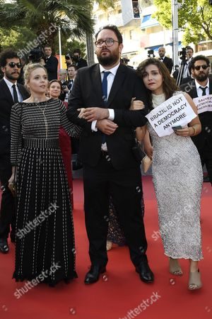 Barbara Colen, the director Kleber Mendonca Filho, Emilie Lesclaux, exhibiting signs of solidarity with the Brazilian President Dilma, suspended for impeachment