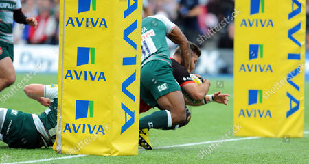 Saracens' Will Fraser barges in for a try beating the tackle of Leicester's Vereniki Goneva (11)