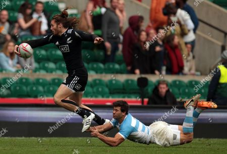 Argentina 7s Santiago Alvarez can't stop New Zealand  7s Gillies Kaka during Pool D Argentina against New Zealand HSBC World Rugby Sevens Series Round 10 at Twickenham stadium on 21st May 2016