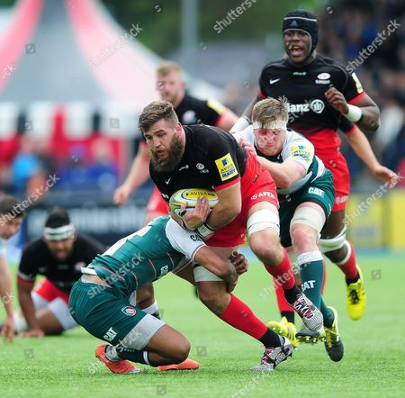 Will Fraser of Saracens takes on the Leicester Tigers defence