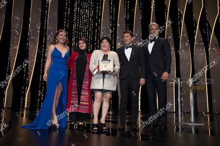 Filipino actress Jaclyn Jose (C) poses on stage with (FromL) her daughter Filipino actress Andi Eigenmann, Iranian producer and member of the Jury Katayoon Shahabi, Filipino director Brillante Ma Mendoza and Danish actor and member of the Jury Mads Mikkelsen after being awarded the Best Actress prize