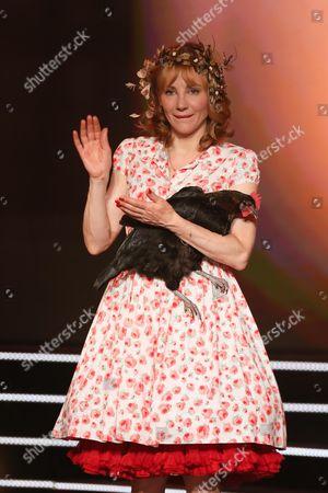Julie Depardieu and her chicken