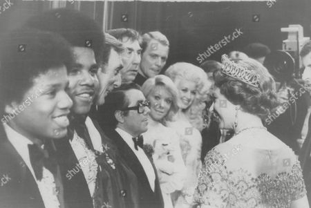 Her Majesty The Queen Pictured With Eric Sykes (3rd Left) Ronnie Corbett Shari Lewis Frankie Howerd David Soul And Dolly Parton After A Variety Show In Glasgow During Her Silver Jubilee Tour Of Scotland. Box 631 730091510 A.jpg.