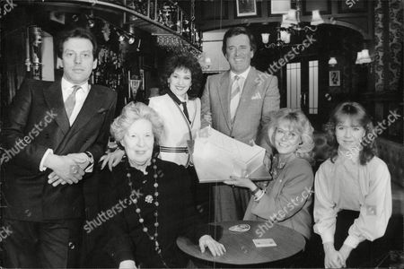 Terry Wogan Joins The Cast Of Eastenders For The First Birthday At Elstree Studios. L-r: Leslie Grantham Anna Wing Anita Dobson Terry Wogan Wendy Richard And Susan Tully. Box 631 830091510 A.jpg.