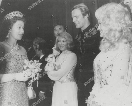 Editorial photo of Her Majesty The Queen Chatting With Shari Lewis (with Puppet Lamb Chop) David Soul And Dolly Parton After A Variety Show In Glasgow During Her Silver Jubilee Tour Of Scotland. Box 631 730091512 A.jpg.